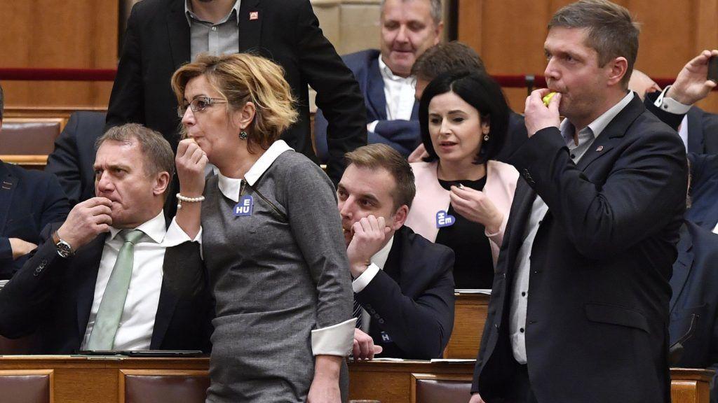 Budapest, 2018. december 10. Varju László DK-s képviselõ, Bangóné Borbély Ildikó és Harangozó Tamás szocialista képviselõk, valamint Tóth Bertalan, az MSZP frakcióvezetõje (b-j) sípot fúj az Országgyûlés plenáris ülésén 2018. december 10-én. Hangos sípszóval és bekiabálásokkal zavarta ülést az ellenzék, miután csomagban szavaztak a képviselõk a napirendhez benyújtott 2925 módosító javaslatról. MTI/Máthé Zoltán