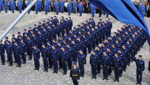 Budapest, 2010. március 30. Végzõs tiszthelyettesek állnak az Adyligeti Rendészeti Szakközépiskola kibocsátó ünnepségén, a budai várban. MTI Fotó: Soós Lajos