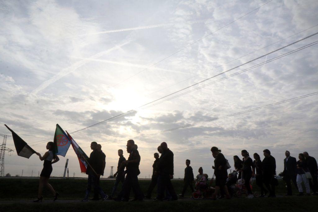 Nagycsécs, 2018. november 3.A romák elleni sorozatgyilkosság áldozataira emlékezők vonulnak a bűncselekmény 10. évfordulóján Nagycsécsen 2018. november 3-án.MTI/Vajda János