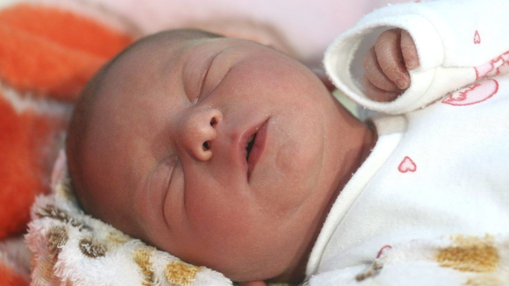 Miskolc, 2019. január 1. Az új év elsõ újszülöttje, Sinka Vanda a Borsod Abaúj Zemplén Megyei Központi Kórház és Egyetemi Oktatókórház szülészetén 2019. január 1-jén. Vanda természetes úton, spontán szüléssel jött világra éjfél után 8 perccel, 47 centiméterrel és 2350 grammal. MTI/Vajda János