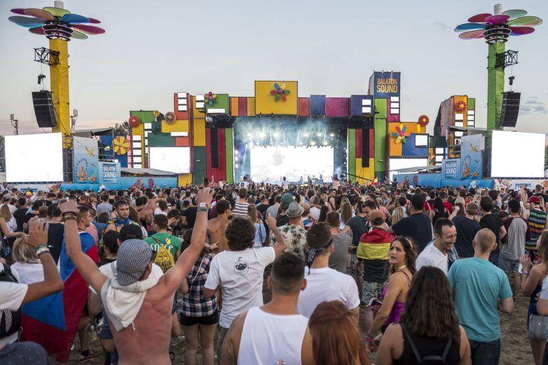 Zamárdi, 2017. július 8. Közönség Jason Derulo amerikai énekes koncertjén a Balaton Sound fesztiválon Zamárdiban 2017. július 7-én este. MTI Fotó: Bodnár Boglárka