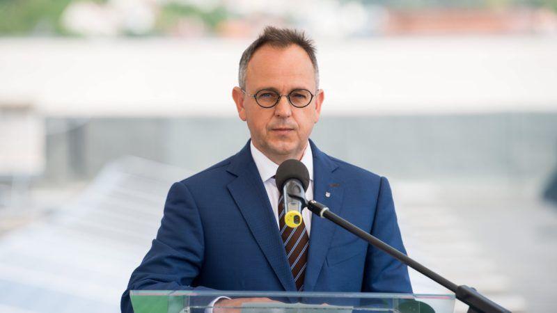 Budapest, 2017. július 5. Bús Balázs, Óbuda-Békásmegyer polgármestere beszédet mond az épület energetikai korszerûsítését és a felújítás keretében kiépített napelemeket bemutató sajtótájékoztatón a fõvárosi Szent Margit Kórház tetején 2017. július 5-én. A 129,26 millió forintból megvalósult beruházás eredményeként a jövõben megújuló energiaforrásból fedezhetik az egészségügyi intézmény energiaszükségletének jelentõs részét. MTI Fotó: Balogh Zoltán