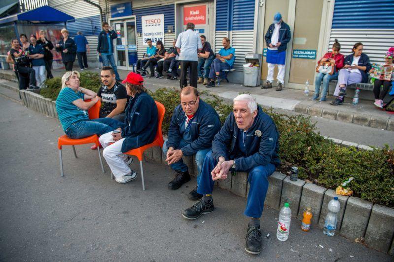 Budapest, 2017. szeptember 8. Sztrájkol a Fogarasi úti Tesco áruház dolgozóinak egy része a Zuglói hipermarket személyzeti bejáratnál 2017. szeptember 8-án. MTI Fotó: Balogh Zoltán