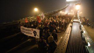 Budapest, 2018. december 13. A Szabad Egyetem és a Hallgatói Szakszervezet Tüntetés a rabszolgatörvény ellen / Diák-Munkás szolidaritás címmel meghirdetett demonstráció résztvevõi a Lánchídnál 2018. december 13-án. MTI/Balogh Zoltán