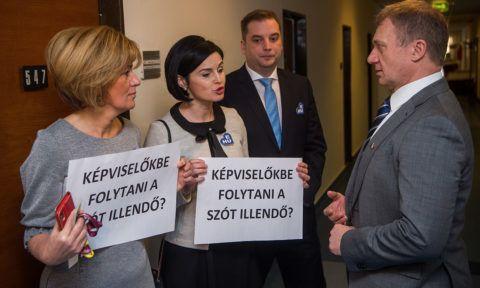 Budapest, 2019. február 18.Varju László, a Demokratikus Koalíció képviselője (j), valamint Bangóné Borbély Ildikó (b), Kunhalmi Ágnes (b2) és Harangozó Tamás (j2) MSZP-s képviselők az Országgyűlés mentelmi bizottságának zárt ülése előtt Budapesten, az Országgyűlés Irodaházában 2019. február 18-án. Az ülés napirendjén ellenzéki képviselők mentelmi ügye, illetve mentelmi jog megsértésével kapcsolatos bejelentések vizsgálata szerepel.MTI/Balogh Zoltán