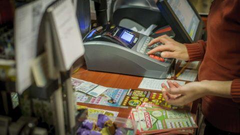 Debrecen, 2014. január 7. Online pénztárgép egy debreceni üzletben 2014. január 7-én. A Nemzetgazdasági Minisztérium azt javasolja a pénztárgép-cserét figyelemmel kísérõ munkabizottságnak, hogy a Nemzeti Adó- és Vámhivatallal online adatkapcsolatra képes gépekre való átálláshoz biztosítandó állami támogatás igénybevételének határideje január 31. legyen. MTI Fotó: Czeglédi Zsolt