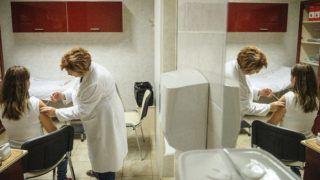 Debrecen, 2016. november 23. Dézsi Ágnes háziorvos influenza elleni védõoltást ad be egy páciensnek Debrecenben 2016. november 23-án. Az idei szezonban a 60 éven felüliek és a rizikócsoportba tartozók védõoltásához 1,3 millió adag térítésmentes influenza elleni oltóanyag áll rendelkezésre. MTI Fotó: Czeglédi Zsolt