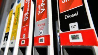 Debrecen, 2018. október 12. Üzemanyag-jelölõ címkék egy Shell benzinkúton Debrecenben 2018. október 12-én. Európai uniós irányelv írja elõ ettõl naptól minden tagországban az egységes üzemanyag-jelölõ címkék bevezetését, de megmaradnak a benzinkutakon az üzemanyagok megszokott helyi jelölései is. A benzint a kör, a gázolajat a négyzet, az üzemanyag gázokat pedig a rombusz formájú matrica jelöli. MTI Fotó: Czeglédi Zsolt
