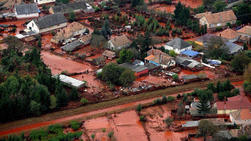 Devecser, 2010. október 8.Vörösiszap borítja az ipari katasztrófa által sújtott Veszprém megyei Devecser utcáit 2010. október 6-án. A Magyar Alumínium Termelő és Kereskedelmi Zrt. (MAL Zrt.) Ajka melletti tározójából 2010. október 4-én mintegy egymillió köbméternyi mérgező, maró hatású vörösiszap ömlött ki gátszakadás miatt. Az áradás három települést - Devecser, Kolontár, Somlóvásárhely - öntött el. Mintegy 40 négyzetkilométeres terület lakossága és élővilága van veszélyben.MTI Fotó: H. Szabó Sándor