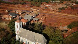 Kolontár, 2010. október 12. Kolontár a vörösiszap fogságában. A Magyar Alumínium Termelõ és Kereskedelmi Zrt. (MAL Zrt.) Ajka melletti tározójának átszakadt gátjánál 2010 október 4-én mintegy egymillió köbméternyi vörösiszap ömlött ki a gátszakadás miatt. A katasztrófa három települést - Devecser, Kolontár, Somlóvásárhely - érint, közel 40 ezer négyzetkilométeres terület lakossága és élõvilága van veszélyben. MTI Fotó: H. Szabó Sándor