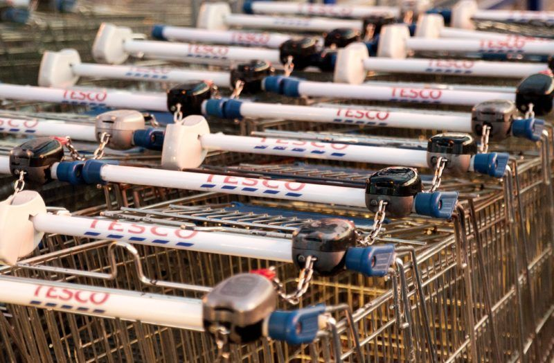 Gyõr, 2017. szeptember 8. Bevásárlókocsik a gyõri Tesco hipermarket áruház elõtt 2017. szeptember 8-án. Az áruházlánc sajtóosztályának tájékoztatás szerint az áruházak többsége a dolgozók egy részének sztrájkja ellenére továbbra is nyitva tart. MTI Fotó: Krizsán Csaba