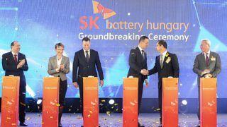 Komárom, 2018. március 8. Szijjártó Péter külgazdasági és külügyminiszter (j3) és Csej Dzse Von, az SK Battery elnök-vezérigazgatója kezet fog, mellettük jobbra Kim Dzsun, az SK Innovation vezérigazgatója és elnöke (j), balra Molnár Attila polgármester, Czunyiné dr. Bertalan Judit (Fidesz), a térség országgyûlési képviselõje és Ésik Róbert, a HIPA elnöke (b-j) a dél-koreai SK Innovation vállalat elsõ európai gyárának ünnepélyes alapkõletételén a komáromi ipari parkban 2018. március 8-án. Az elektromos autókban használható akkumulátorokat gyártó üzem 97,3,5 milliárd forint összegbõl valósul meg. MTI Fotó: Krizsán Csaba