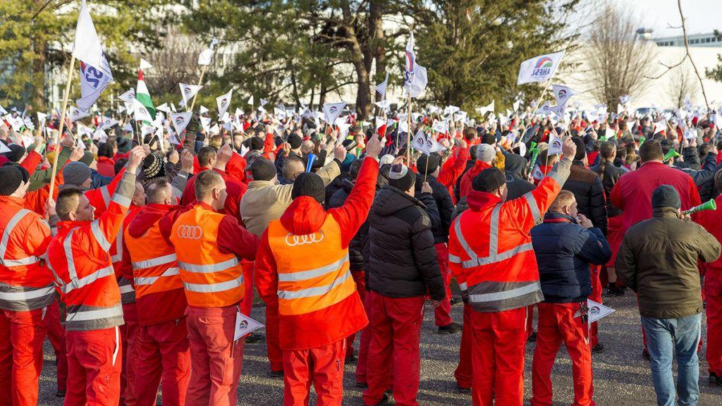 Győr, 2019. január 29.Az Audi Hungária Független Szakszervezet (AHFSZ) által január 24-én meghirdetett sztrájkban résztvevő dolgozók a győri Audi Hungaria Zrt. gyárudvarán 2019. január 29-én. A szakszervezet a sikertelen bértárgyalások miatt hirdetett sztrájkot.MTI/Krizsán Csaba