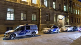 Győr, 2019. február 26.Rendőrautók állnak a Győri Regionális Nyomozó Ügyészség előtt 2019. február 26-án. 18 őrizetbe vett, a Győr-Moson-Sopron Megyei Rendőr-főkapitányság állományába tartozó rendőrt azzal gyanúsítanak, hogy készpénzért cserébe nem büntettek meg szabálysértő autósokat az M1-es autópályán a megyében.MTI/Krizsán Csaba