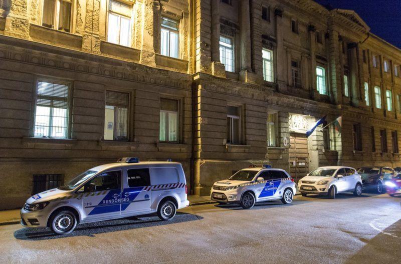 Gyõr, 2019. február 26. Rendõrautók állnak a Gyõri Regionális Nyomozó Ügyészség elõtt 2019. február 26-án. 18 õrizetbe vett, a Gyõr-Moson-Sopron Megyei Rendõr-fõkapitányság állományába tartozó rendõrt azzal gyanúsítanak, hogy készpénzért cserébe nem büntettek meg szabálysértõ autósokat az M1-es autópályán a megyében. MTI/Krizsán Csaba