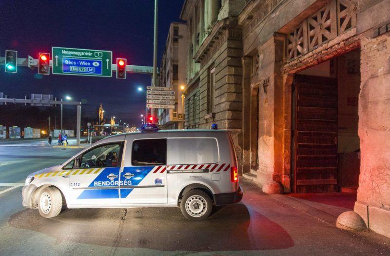 Gyõr, 2019. február 26. Rendõrautó hajt ki a Gyõri Regionális Nyomozó Ügyészség épületébõl 2019. február 26-án. 18 õrizetbe vett, a Gyõr-Moson-Sopron Megyei Rendõr-fõkapitányság állományába tartozó rendõrt azzal gyanúsítanak, hogy készpénzért cserébe nem büntettek meg szabálysértõ autósokat az M1-es autópályán a megyében. MTI/Krizsán Csaba