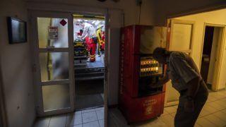 Pilisvörösvár, 2018. december 24. A pilisvörösvári mentõállomás dolgozói felkészítik a mentõautót a karácsonyi ügyeletre 2018. december 24-én. MTI/Mónus Márton