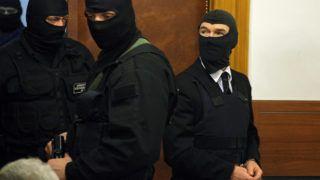 Budapest, 2010. február 23.A büntetés-végrehajtás géppisztolyos kommandósai kísérik be a Fővárosi Bíróság tárgyalótermébe a golyóálló mellényt és maszkot viselő Jozef Rohácot (j), aki a vád szerint 1997-ben ismeretlen társaival megkísérelte felrobbantani Seres Zoltán vállalkozót. A Fővárosi Főügyészség előre kitervelten elkövetett emberölés kísérletével és robbanóanyaggal vagy robbantószerrel való visszaéléssel vádolja Rohácot, aki tagadta bűnösségét, de vallomást nem kívánt tenni.MTI Fotó: Mohai Balázs