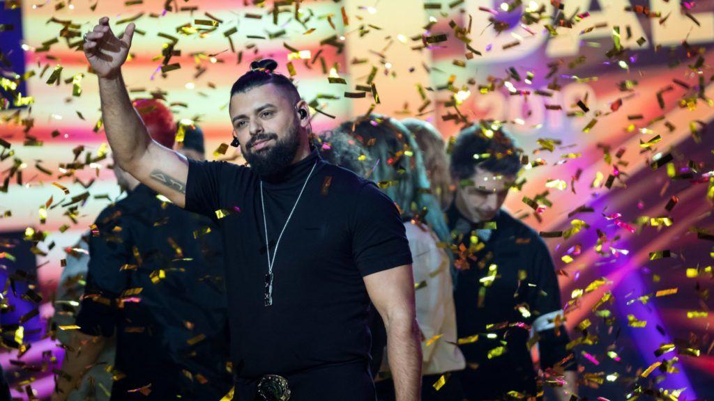 Budapest, 2019. február 23. Pápai Joci (k) ünnepel, miután Az én apám címû dallal megnyerte A Dal 2019 televíziós versenyt a Médiaszolgáltatás-támogató és Vagyonkezelõ Alap (MTVA) óbudai stúdiójában 2019. február 23-án. MTI/Mohai Balázs