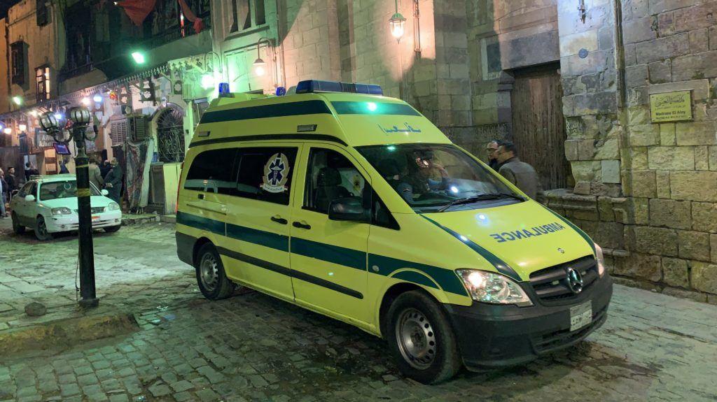 Kairó, 2019. február 19. Mentõautó érkezik a Kairó óvárosában elkövetett öngyilkos merénylet helyszínére 2019. február 18-án. A neves egyiptomi al-Azhar egyetem közelében elkövetett támadásban a merénylõn kívül két rendõr életét vesztette, hárman megsebesültek. MTI/EPA