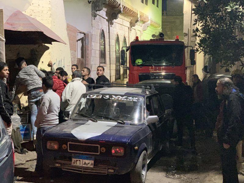 Kairó, 2019. február 19. Emberek a Kairó óvárosában elkövetett öngyilkos merénylet helyszínére 2019. február 18-án. A neves egyiptomi al-Azhar egyetem közelében elkövetett támadásban a merénylõn kívül két rendõr életét vesztette, hárman megsebesültek. MTI/EPA