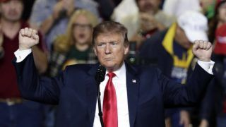 El Paso, 2019. február 12. Donald Trump amerikai elnök az Egyesült Államokba igyekvõ közép-amerikai illegális bevándorlók távoltartásának érdekében az amerikai-mexikói határra tervezett védõfal megépítése mellett kampányol a texasi El Pasóban 2019. február 11-én. MTI/AP/Eric Gay