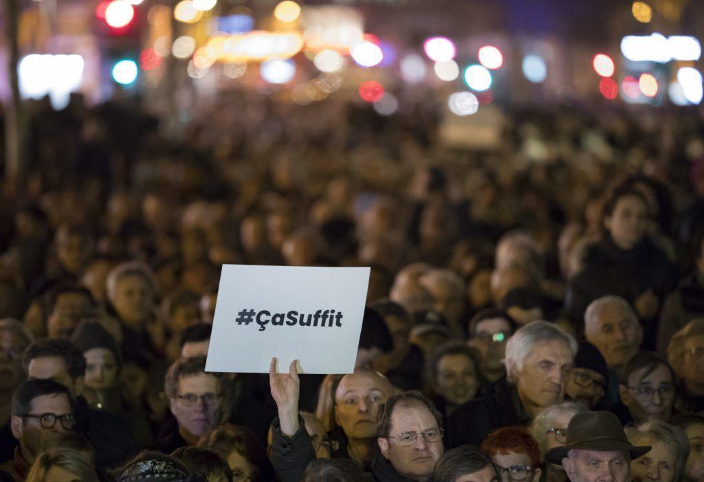 Párizs, 2019. február 20. Az elmúlt hetekben elkövetett antiszemita támadások elleni tiltakozás résztvevõi Párizsban 2019. február 19-én. Az antiszemitizmus elleni országos megmozdulást az ellenzéki szocialisták kezdeményezték tiltakozásul az ellen, hogy a hivatalos adatok szerint tavaly 74 százalékkal növekedett az antiszemita incidensek száma az elõzõ évhez képest, valamint a kormány adó- és gazdaságpolitikája ellen tiltakozó sárgamellényesek felvonulásain rendszeressé váltak az antiszemita szlogenek és cselekmények. MTI/EPA/Ian Langsdon