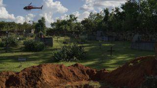 Brumadinho, 2019. február 8. A 2019. január 28-i képen sárból kihúzott holttestet szállít egy helikopter egy temetõ felett, a brazíliai Brumadinhónál történt gátszakadás helyszínén. A Vale SA vállalat vasércbányájánál január 25-én átszakadt zagytározóból 12 millió köbméter vörösiszap folyt szét. A katasztrófa halálos áldozatainak száma 157-re emelkedett, sokakat továbbra is keresnek. MTI/AP/Leo Correa