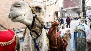 New York, 2019. január 4. A háromkirályokat és Szûz Máriát megszemélyesítõ résztvevõk egy teve mellett a vízkeresztkor hagyományos körmeneten New Yorkban 2019. január 4-én. A nyugati kereszténység január 6-án ünnepli a napkeleti bölcsek látogatását a gyermek Jézusnál. MTI/EPA/Justin Lane