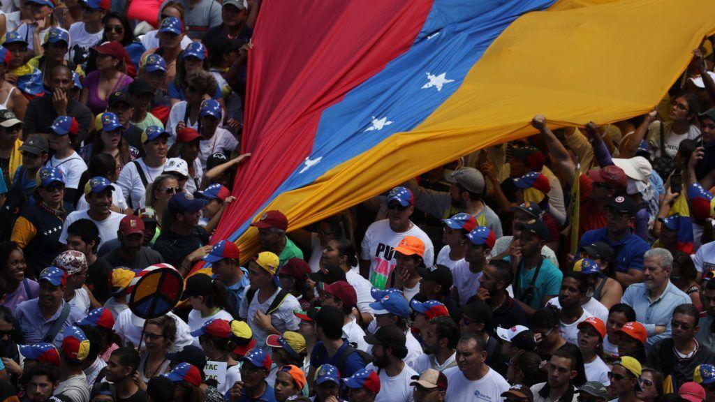 Caracas, 2019. február 13. Óriási nemzeti színû zászlót kifeszítve hallgatják támogatói Juan Guaidó parlamenti elnök, ideiglenes venezuelai államfõ beszédét a Nicolás Maduro hivatalban levõ venezuelai elnök lemondását követelõ kormányellenes tüntetésen Caracasban 2019. február 12-én. Guaidó január 23-án nyilvánította magát az ország ideiglenes elnökévé. MTI/EPA-EFE/Miguel Gutiérrez