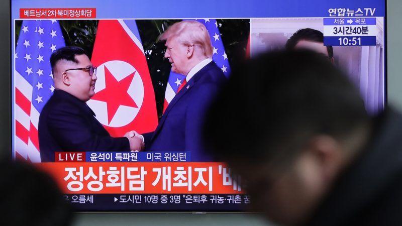 Szöul, 2019. február 6. Kim Dzsong Un észak-koreai vezetõ (b) és Donald Trump amerikai elnök korábbi találkozóját közvetítõ híradás a szöuli fõpályaudvaron 2019. február 5-én. Trump bejelentette, hogy a következõ csúcstalálkozója Kimmel február 27-28-án Vietnamban lesz. MTI/AP/Ri Dzsin Man