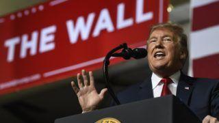El Paso, 2019. február 12. Donald Trump amerikai elnök az Egyesült Államokba igyekvõ közép-amerikai illegális bevándorlók távoltartásának érdekében az amerikai-mexikói határra tervezett védõfal megépítése mellett kampányol a texasi El Pasóban 2019. február 11-én. MTI/AP/Susan Walsh