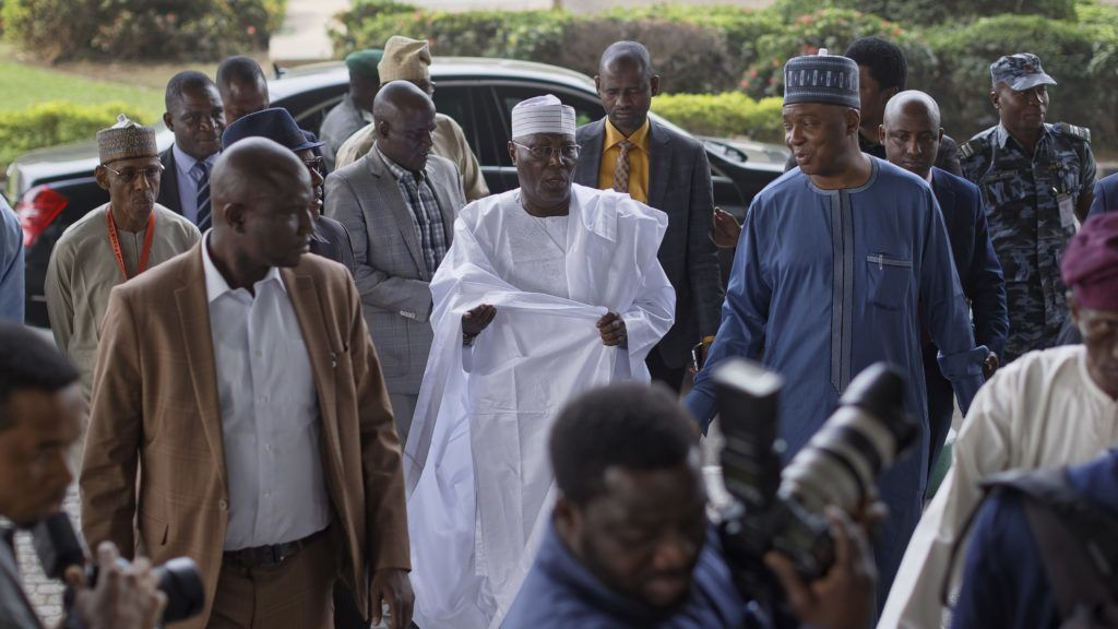 Abuja, 2019. február 13. Atiku Abubakar nigériai ellenzéki elnökjelölt (k) érkezik a politikai vetélytársával, Muhammadu Buhari elnökkel tartandó találkozójára a fõváros, Abuja egyik konferenciaközpontjához 2019. február 13-án, a nigériai parlamenti és államfõválasztás elõtt három nappal. Buhari az elõzõ estén kampánygyûlést tartott Port Harcourt város Adokiye Amiesimaka stadionjában, ahol a rendezvény végén tolongás alakult ki, amelyben legkevesebb tizennégyen életüket vesztették, többek állapota válaságos. MTI/AP/Ben Curtis
