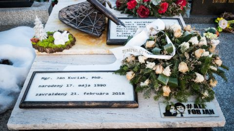 Trencsénselmec, 2019. február 20. Koszorúk Ján Kuciak meggyilkolt szlovák tényfeltáró újságíró sírján a szlovákiai Trencsénselmec temetõjében 2019. február 20-án. A 27 éves Kuciakot és élettársát 2018. február 21-én agyonlõtték a szlovákiai Nagymácséd (Velka Maca) faluban lévõ otthonukban. MTI/EPA/Jakub Gavlak