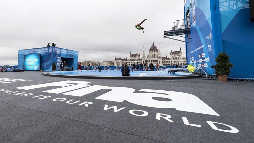 Budapest, 2017. július 27.A 17. vizes világbajnokság óriás-toronyugrásának egyik versenyzője edz a Batthyány térnél 2017. július 27-én. A háttérben az Országház.MTI Fotó: Szigetváry Zsolt