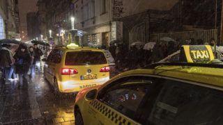 Budapest, 2018. február 18.Taxik haladnak el a bejutásra váró, sorban álló vendégek mellett a Szimpla Kert vendéglátóhely előtt az erzsébetvárosi vigalmi negyedben a Kazinczy utcában 2018. február 18-ra virradó éjjel. Ezen a napon népszavazást tartanak arról, hogy a főváros VII. kerületében, az úgynevezett bulinegyedben található vendéglátóhelyek éjfél és reggel 6 óra között nyitva tarthassanak-e.MTI Fotó: Szigetváry Zsolt