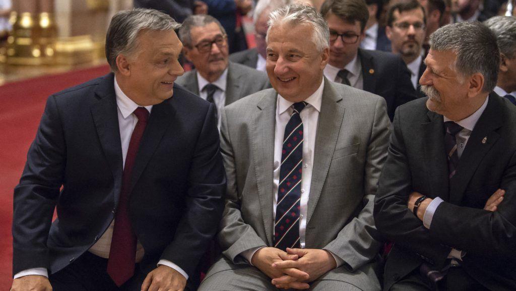 Budapest, 2018. május 4. Orbán Viktor (Fidesz-KDNP) miniszterelnök, Semjén Zsolt (Fidesz-KDNP) nemzetpolitikáért felelõs miniszterelnök-helyettes és Kövér László (Fidesz-KDNP) házelnök (b-j) az országgyûlési választáson listás mandátumot nyert képviselõk megbízólevelének ünnepélyes átadása elõtt az Országházban 2018. május 4-én. MTI Fotó: Szigetváry Zsolt