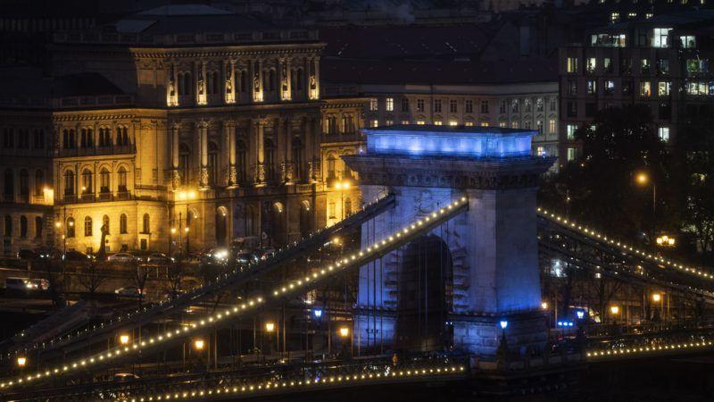 Budapest, 2018. november 20. Kék színnel világítják meg a gyermekjogok világnapján a Lánchidat, a háttérben a Magyar Tudományos Akadémia (MTA) épülete 2018. november 20-án. MTI/Szigetváry Zsolt