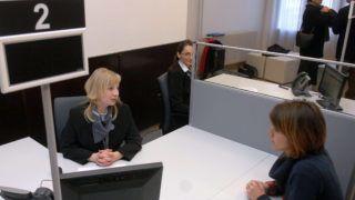 Szekszárd, 2011. január 3. Egy ügyfél érdeklõdik a Tolna Megyei Kormányhivatal új ügyfélszolgálati irodájában, Szekszárdon. 2011. január 3-án huszonkilenc helyszínen nyílt az országban kormányablak. Az integrált ügyfélszolgálati irodákban 29 ügykört lehet intézni: többek között ügyfélkaput nyitni, vállalkozásokkal kapcsolatos ügyeket intézni, családi pótlékot, gyest, anyasági támogatást igényelni, és általános tájékoztatást kérni. MTI Fotó: Kiss Dániel