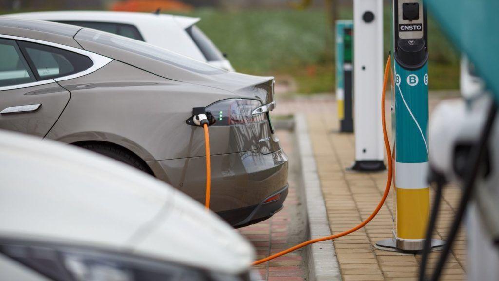 Sormás, 2018. november 28. Tesla márkájú elektromos autót töltenek Magyarország legnagyobb, egyszerre kilenc elektromos autó fogadására alkalmas töltõállomásán a Nagykanizsához közeli Sormáson lévõ István Fogadónál az átadás napján, 2018. november 28-án. MTI/Varga György
