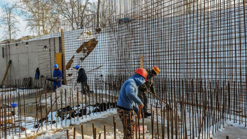 Debrecen, 2019. január 28.  Betonacél szerelés. A téli hónapokban is folyamatos a kivitelezés Debrecenben, a Nagyerdei Strand építkezésén. A speciális betonkeverék használata lehetõvé teszi a zsaluzást, acél szerelést és a falak feltöltését. MTVA/Bizományosi: Oláh Tibor  *************************** Kedves Felhasználó! Ez a fotó nem a Duna Médiaszolgáltató Zrt./MTI által készített és kiadott fényképfelvétel, így harmadik személy által támasztott bárminemû – különösen szerzõi jogi, szomszédos jogi és személyiségi jogi – igényért a fotó készítõje közvetlenül maga áll helyt, az MTVA felelõssége e körben kizárt.