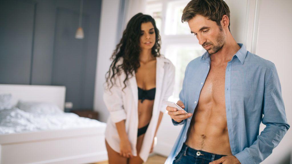 Míg a 20 év körüli nők zöme úgy véli, heti egyszer elég neki a szex.