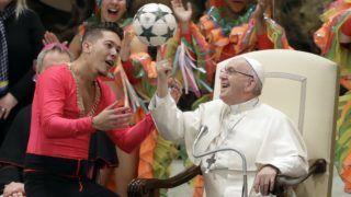 Vatikánváros, 2019. január 2. Ferenc pápának segít a mutatóujján pörgetni egy labdát a kubai nemzeti cirkusz egyik tagja az egyházfõ heti általános audienciáján a Vatikán VI. Pál termében 2019. január 2-án. MTI/AP/Andrew Medichini