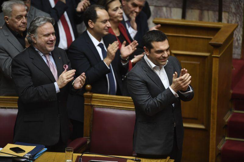 Athén, 2019. január 25. Az elsõ sorban Alekszisz Ciprasz görög miniszterelnök (j) és Jorgosz Katrugalosz görög külügyminiszter-helyettes (b) tapsol a Macedónia új nevérõl kötött megállapodásról szóló szavazás után az athéni parlamentben 2019. január 25-én. Görögország és Macedónia 2018. június 17-én írta alá az egyezményt a két ország között kialakult névvita lezárásáról, amely értelmében a volt jugoszláv tagállamot Észak-Macedóniának (Észak-Macedóniai Köztársaságnak) fogják nevezni. A görög parlament jóváhagyta a Macedóniával kötött névmegállapodást. MTI/AP/Michael Varaklasz