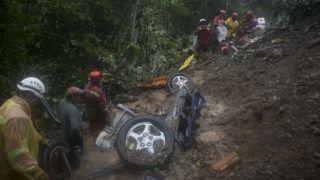 El Choro, 2019. február 4. Áldozatok után kutatnak tûzoltók autóroncsoknál a bolíviai El Choro közelében, a La Paz és Caranavi közti autópályaszakasznál, amelyre sárlavina zúdult 2019. február 2-én. A napokon át tartó heves esõzések okozta földcsuszamlásban tizenegy ember meghalt, amikor több autót menet közben elsodort az úttestre zúduló sár. MTI/AP/Juan Karita