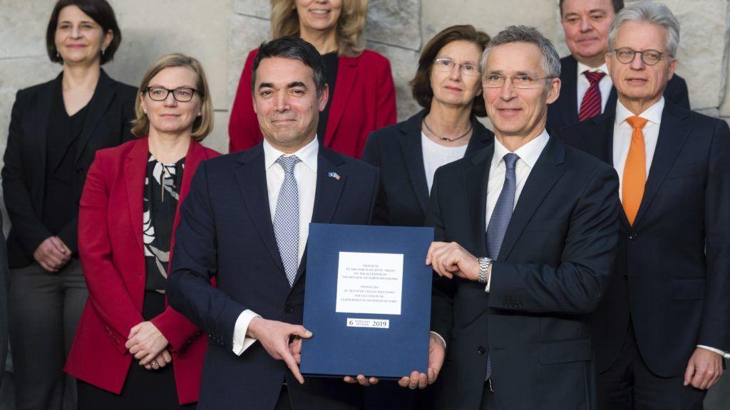 Brüsszel, 2019. február 6. Nikola Dimitrov macedón külügyminiszter (b) és Jens Stoltenberg NATO-fõtitkár emlékplakettel fényképezkedik, miután Észak-Macedónia aláírta a NATO-csatlakozásról szóló jegyzõkönyvet a katonai szövetség tagállamainak brüsszeli ülésén 2019. február 6-án. Az aktus lehetõvé teszi, hogy a balkáni ország az Észak-atlanti Szerzõdés Szervezetének 30. tagjává váljon. MTI/AP/Geert Vanden Wijngaert