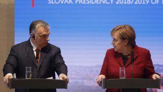 Pozsony, 2019. február 7. Orbán Viktor miniszterelnök és Angela Merkel német kancellár a visegrádi országok, a V4 és Németország pozsonyi csúcstalálkozójának végén tartott sajtótájékoztatón 2019. február 7-én. MTI/AP/Petr David Josek