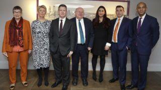 London, 2019. február 18. Ann Coffey, Angela Smith, Chris Leslie, Mike Gapes, Luciana Berger, Gavin Shuker és Chuka Umunna brit parlamenti képviselõk (b-j), miután sajtótájékoztatót tartottak Londonban 2019. február 18-án, ahol bejelentették, hogy kilépnek a Munkáspártból, valamint A független csoport néven új frakciót alakítanak a parlamentben. Indoklásuk szerint elégedetlenek azzal, ahogy Jeremy Corbyn, a párt vezetõje kezeli az ország Európai Unióból való kilépésének (brexit) kérdését, nem kezelte megfelelõen a párton belüli antiszemita megnyilvánulásokat sem, valamint a párton belül eluralkodott az egymással szembeni agresszivitás. MTI/AP/Kirsty Wigglesworth
