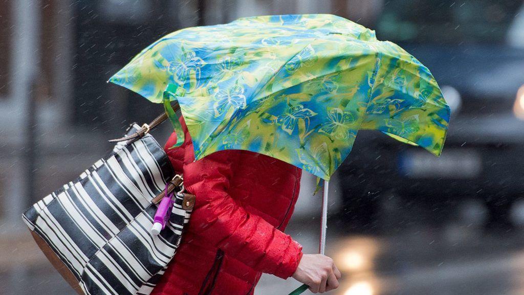 München, 2015. március 31. Egy nõ a viharos erejû szél által kicsavart esernyõjével Frankfurtban 2015. március 31-én. (MTI/EPA/Boris Rössler)