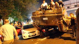Isztambul, 2016. július 16. Kormánypárti civilek egy tankon ülnek Isztambulban 2016. július 16-án kora hajnalban. A hadsereg egy része katonai puccsot kísérelt meg Törökországban elõzõ nap este, Ankarában és Isztambulban robbanások hallatszottak, és lövöldözés is kitört katonák és rendõrök között. A hajnali órákban a kormányfõ bejelentette, hogy visszaverték a puccskísérletet. (MTI/EPA/Tolga Bozoglu)